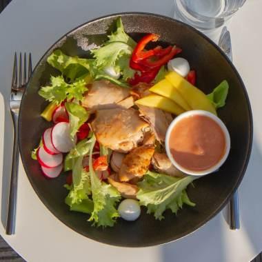Sommersalat med kylling og rabarbravinaigrette