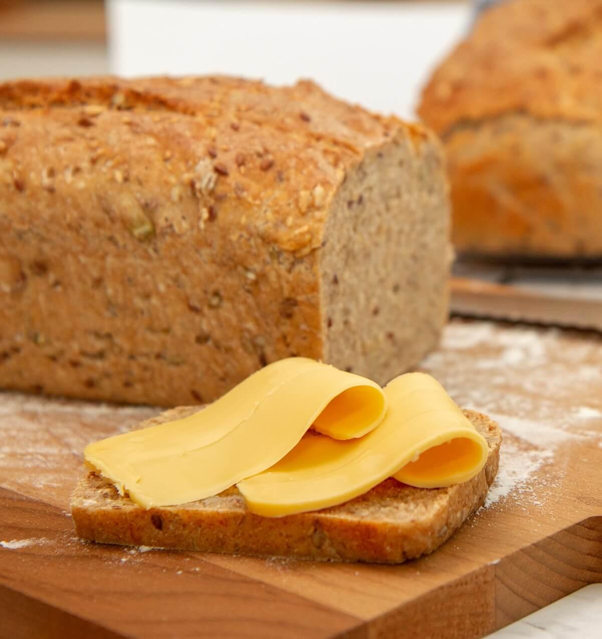 Nybakt brød med brunost