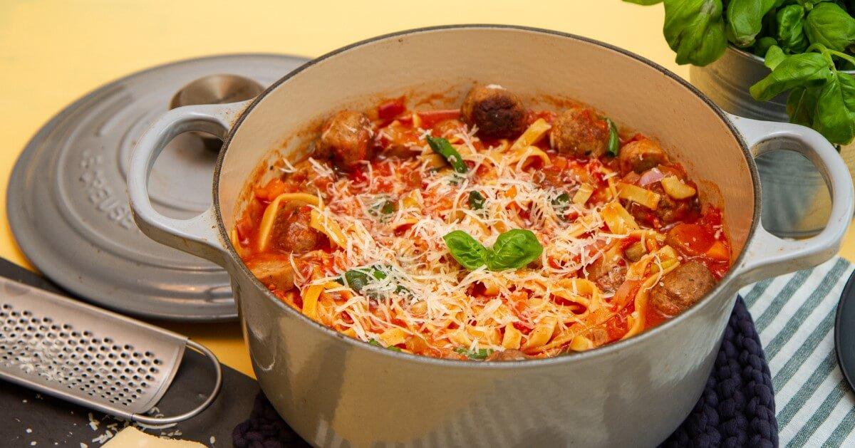 One pot pasta med kjøttboller og pølser