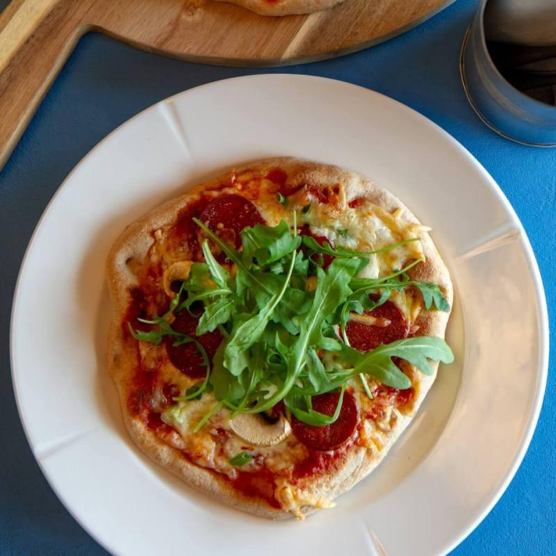 Pitapizza med pepperoni, sopp og vårløk