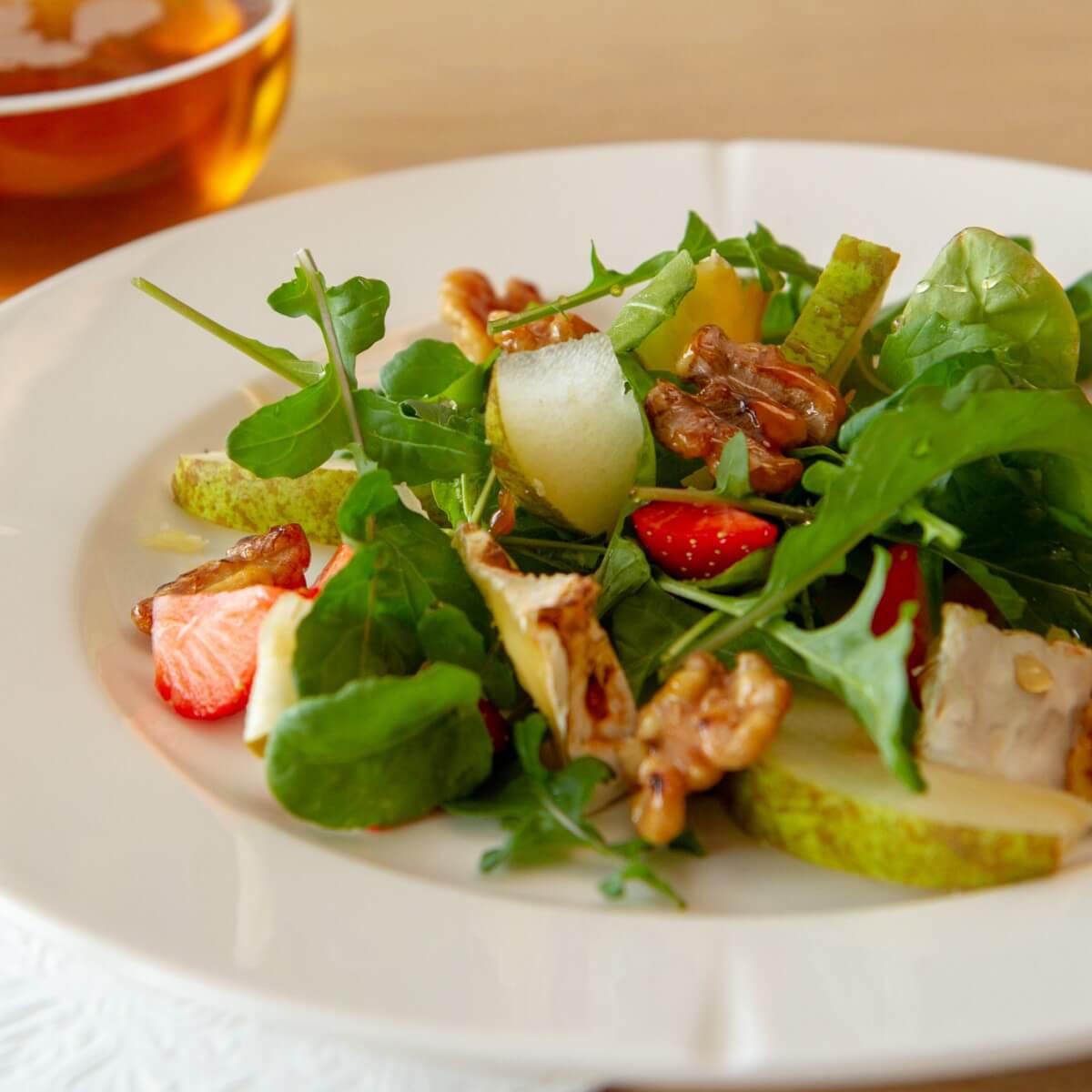 Ruccolasalat med pærer, chevre og glasserte valnøtter