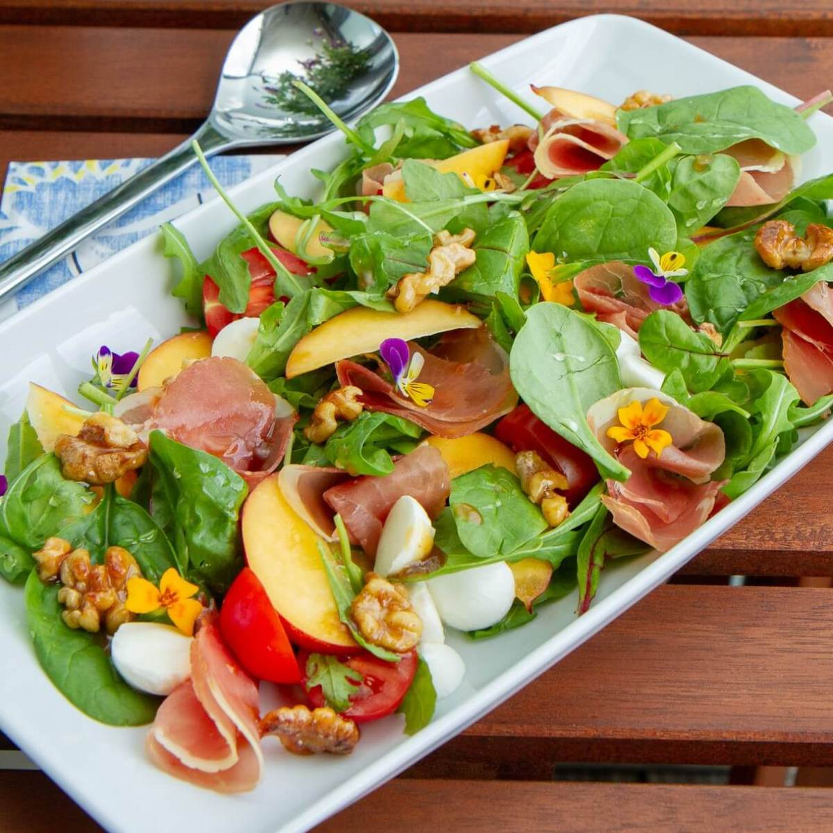 Salat med nektarin, spekeskinke og mozzarella