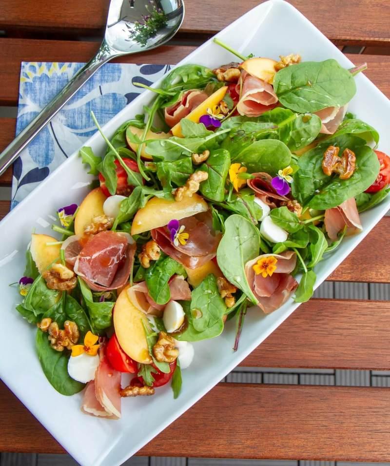 Sommersalat med nektarin og mozzarella