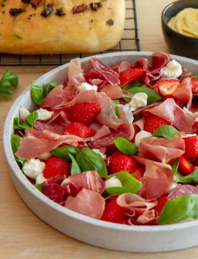 Sommerlig spekefat med mozzarella og jordbær