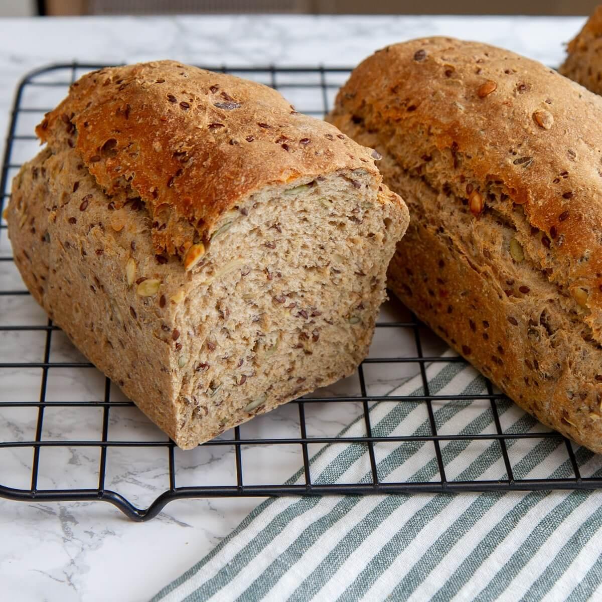 Brød med gresskarkjerner og linfrø