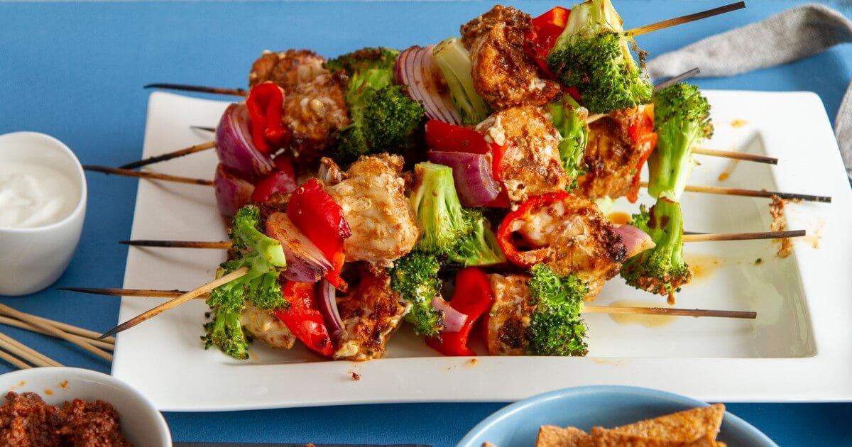 Grillspyd med marinert steinbit og grønnsaker
