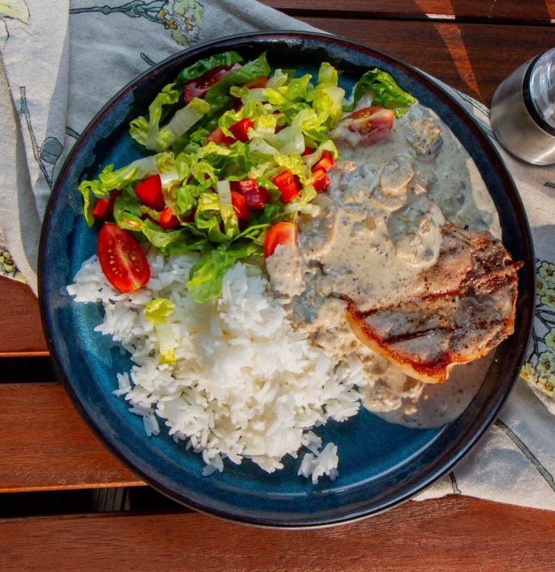 Svinekoteletter med ris, soppsaus og salat