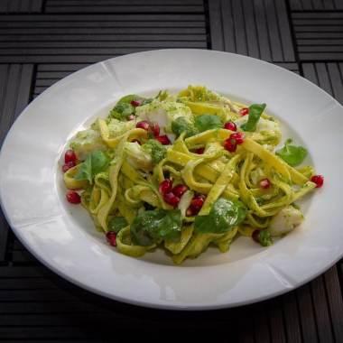Torsk med pasta, pesto og granateple