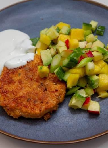 Panert lakseburger med mango og avokadosalat