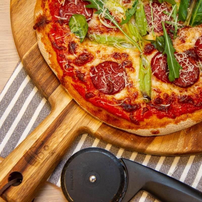 Surdeigspizza med salchicha