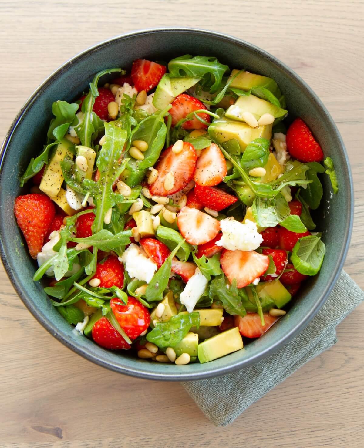 Sommerlig salat med jordbær og avokado