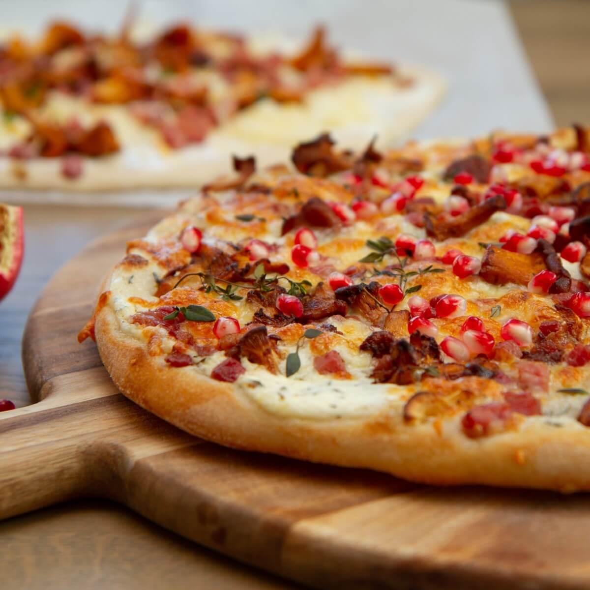 Hvit pizza med sopp og bacon