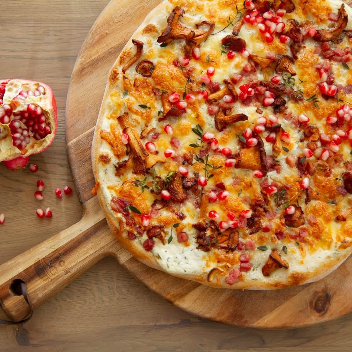 Hvit pizza med kantareller og bacon