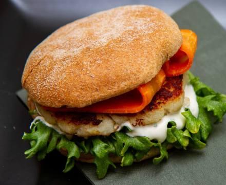 Fiskeburger med syltet gulrot og rømmedressing