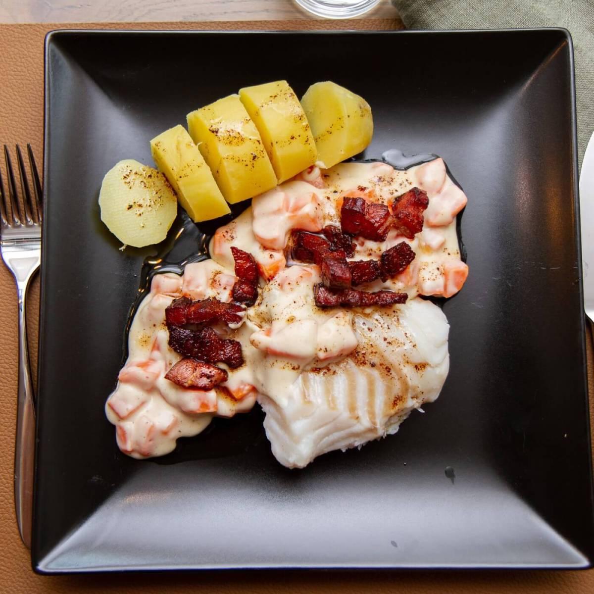 Salt torsk med gulrotstuing og bacon