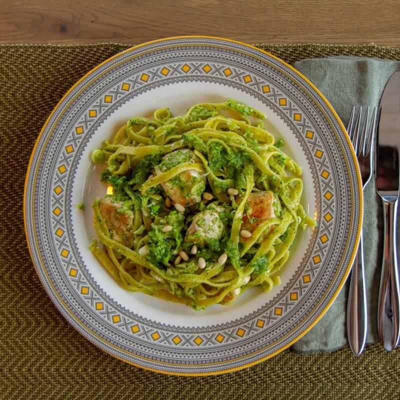 Kylling med pasta, pesto og bortgjemt brokkoli