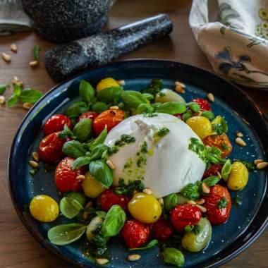 Bakte tomater med burrata og pestoolje