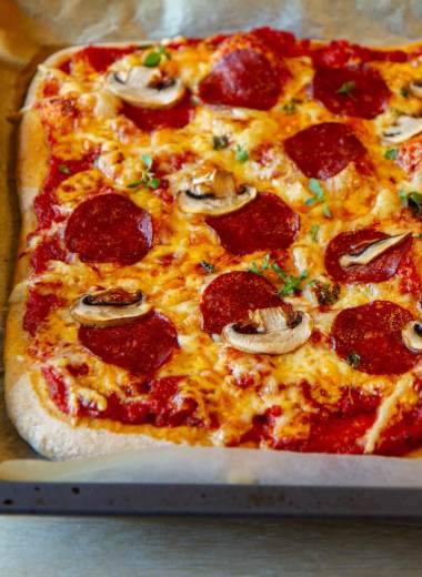 Langpannepizza med pepperoni og sopp