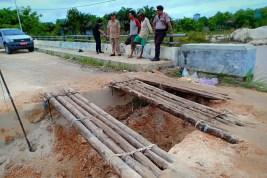 Pangkal Jembatan Desa Tapen-Pujon Kabupaten Kapuas Lonsor