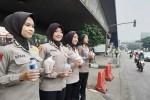 Polwan Cantik Bagikan Takjil di Traffic Light Slipi Jakarta Barat