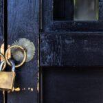 Cómo bloquear una puerta que no tiene cerradura