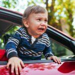 Cómo hacer que su niño pequeño obstinado se suba al asiento del automóvil
