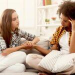Qué no decirle a un amigo que está pasando por una ruptura (y qué decirle en su lugar)