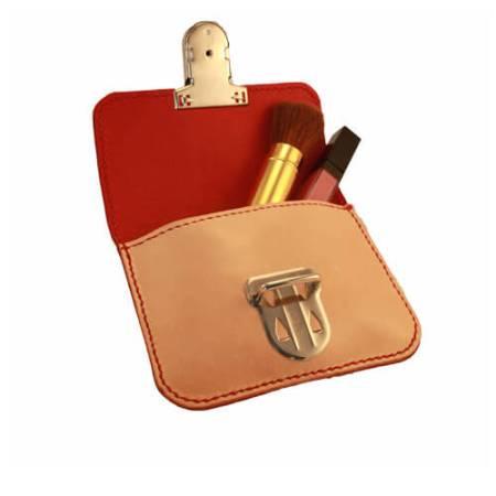 Minitaske med spænde. Rødt for.