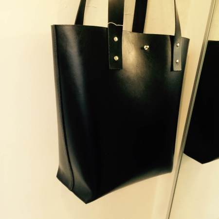 Tote håndsyet sort kernelædertaske fra Det Lille Læderi 1
