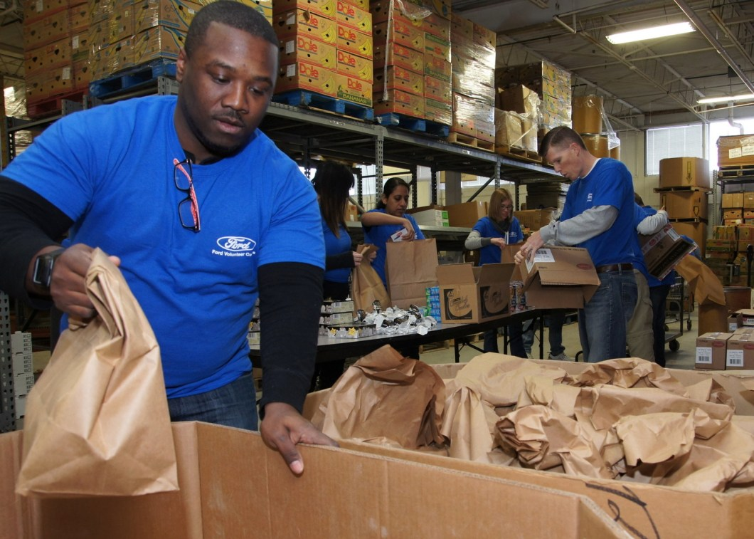 FORD EMPLOYEES WORKING WITH HUNGER RELIEF AGENCIES. PHOTO FORD FUND
