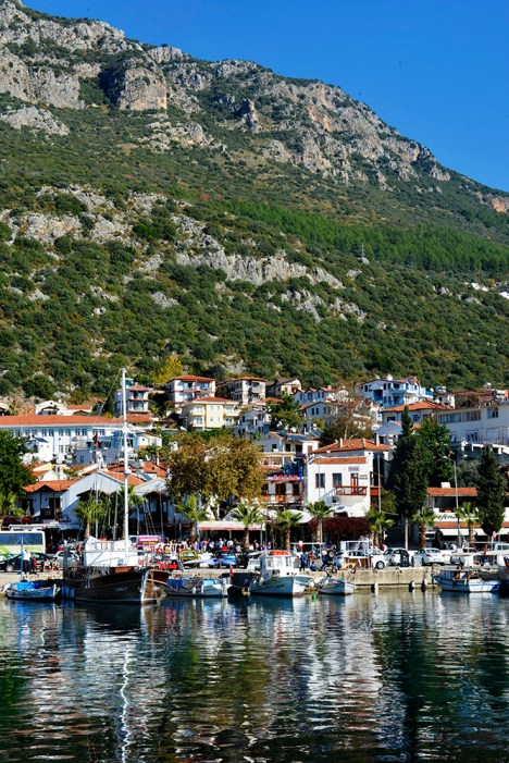 Kaş ligger like under høye fjell.