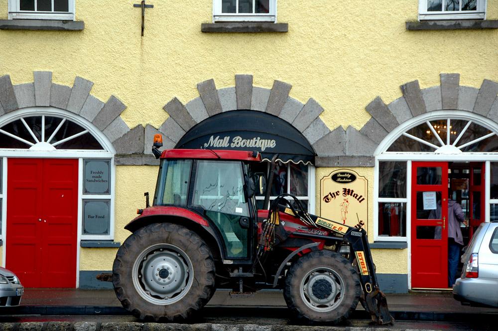 Landsbygda i Irland, irsk by, traktor, Westport, County Mayo