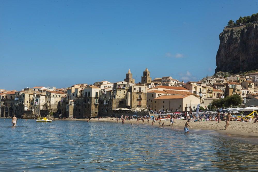 Cefalù og La Rocca, strand, bystrand, Sicilia, strender i Italia, badeferie i Italia