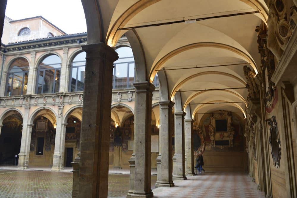 Søylegangen i Archiginnasio. universitetet i Bologna. NRK julenøtter