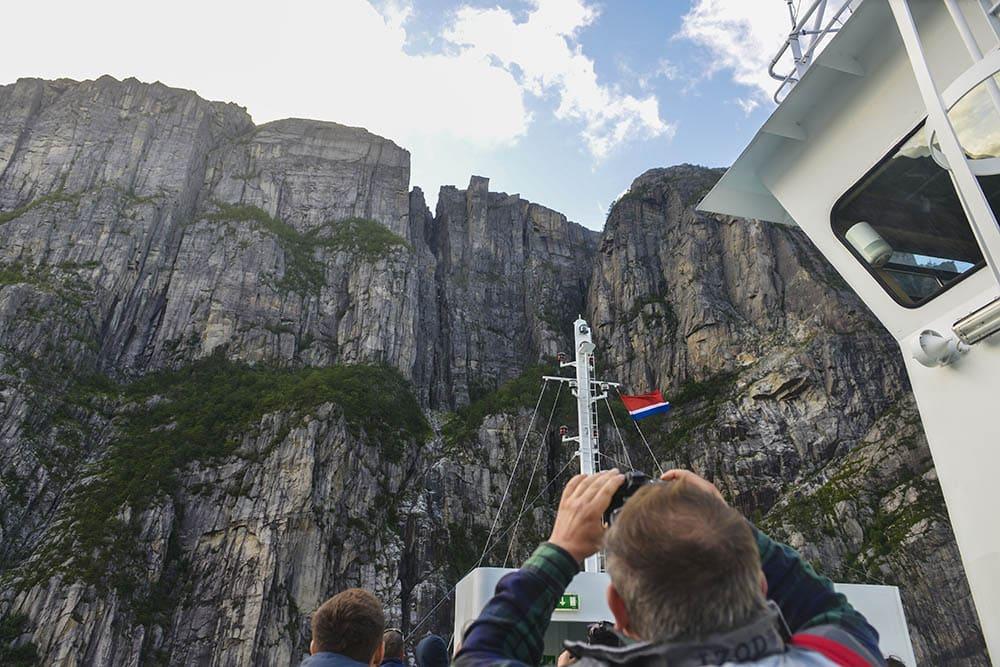 Utsikt mot Preikestolen fra båttur på Lysefjorden