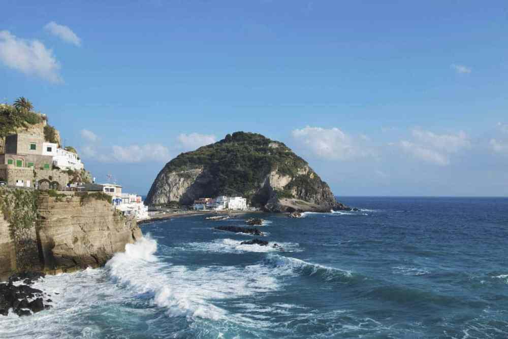 Bølger mot Sant'Angelo på Ischia
