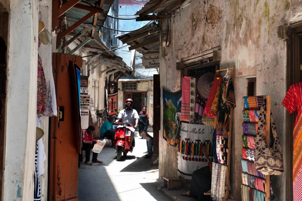 Smale basargater i Stone Town på Zanzibar