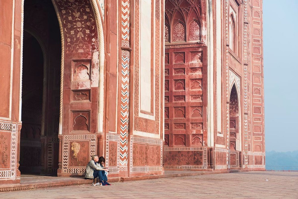 Turister utenfor moskeen i Taj Mahal