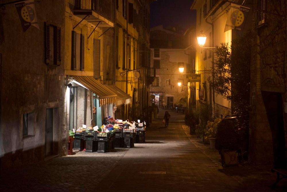 Grønnsakshandler og gågate i Bolsena