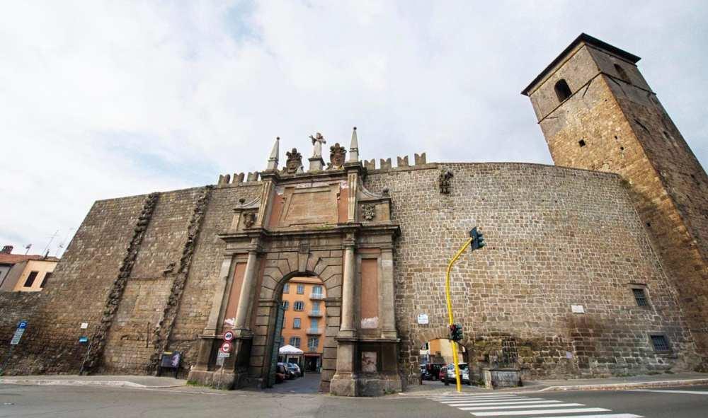 Porta Romana langs bymuren rundt Viterbo