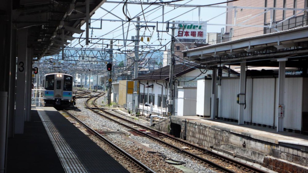 Lokaltog kommer inn på Matsumoto stasjon i Japan§