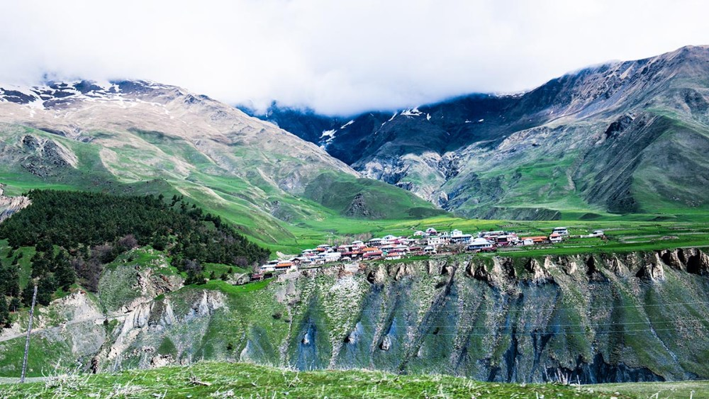 Landsby i Kaukasus like sør for Stepantsminda i Georgia
