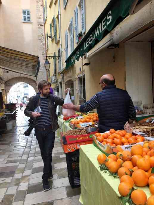 Grønnsakshandler i Hyeres gamleby
