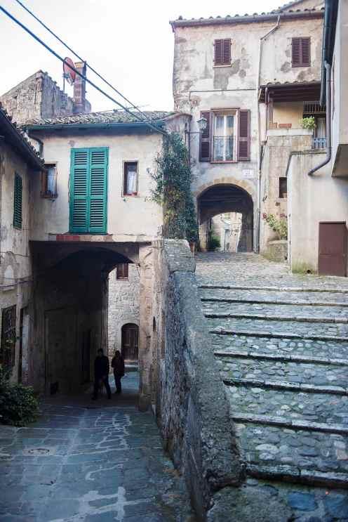 Gatekryss i landsbyen Sorano i Sør-Toscana.