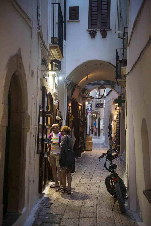 Hovedgata Via Fulco Tosti i Sperlongas gamleby om kvelden