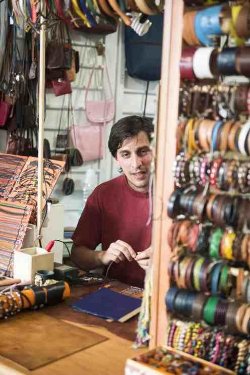 Lorenzo i skinnbutikken i Sperlongas gamleby