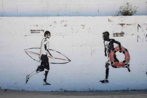 Graffiti langs stranda i Tarifa i Spania