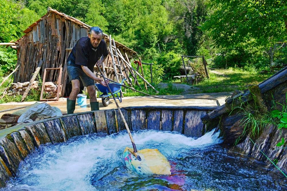 Gammeldags vasker i Recica i Makedonia