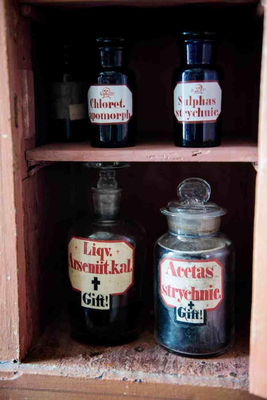 Giftflasker på Henrik Ibsens gamle apotek i Grimstad, nå Ibsennmuseet
