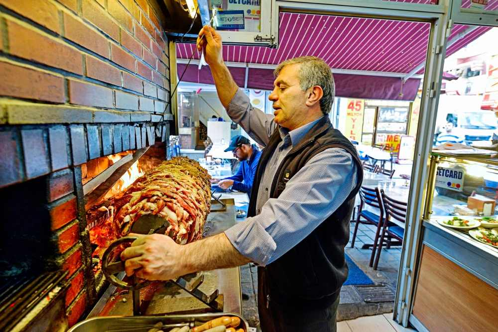 Ozcan Yildirim i kebabrestauranten Sehzade Cağ Kebap i Istanbul